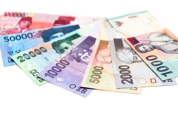 Красочные банкноты индонезии сложены на фоне
