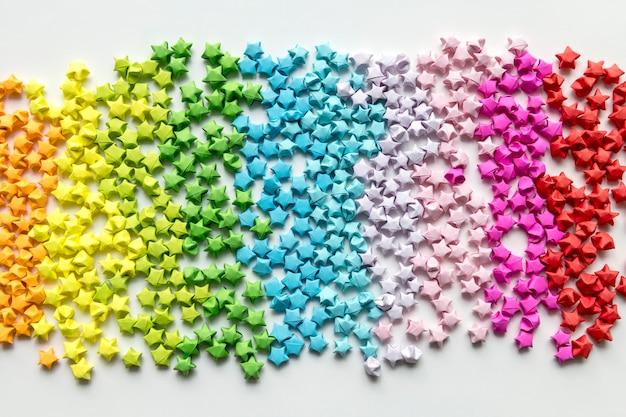 Origami colorati stelle sullo sfondo