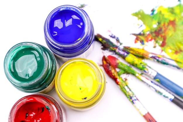 色の付いたカラフルなペイントブラシ