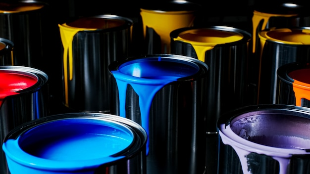 금속 양동이의 다채로운 페인트입니다. 평면도