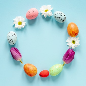 원형 모양에 화려한 페인트 계란