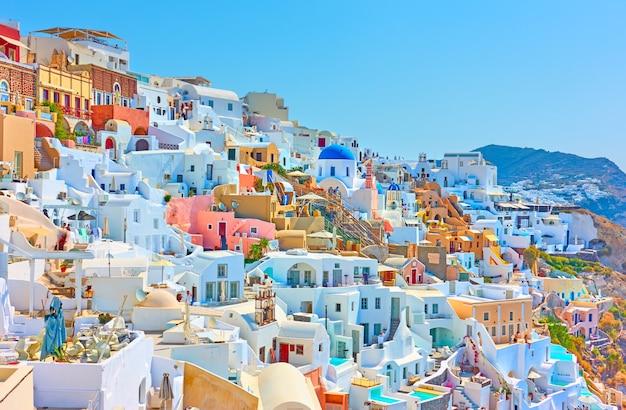 그리스 산토리니(santorini)에 있는 이아(oia) 마을의 다채로운 파노라마