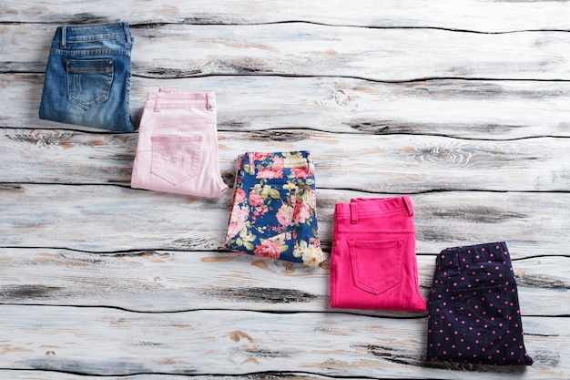 컬러풀한 팬츠와 캐주얼한 청바지, 플라워 프린트의 팬츠는 좋아하는 패턴 컬러로 선택...