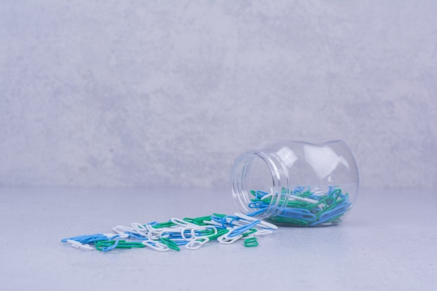 유리 contianer 항아리에 다채로운 종이 클립