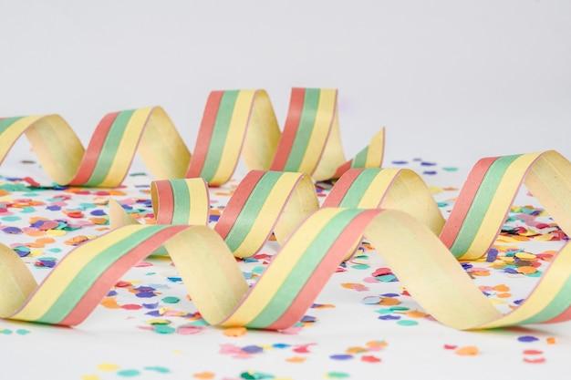 흰색 표면에 다채로운 종이 confettis