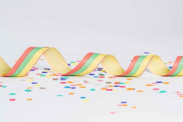 Красочный бумажный конфетти на белой поверхности