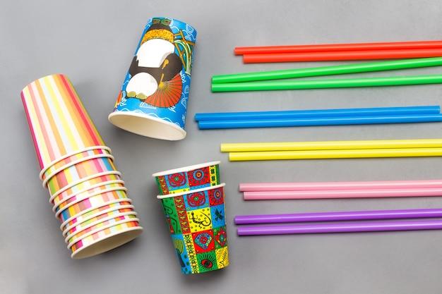 Красочные бумажные стаканчики и красочные пластиковые соломинки для напитков. плоская планировка