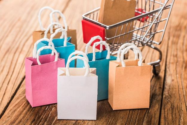 Разноцветные бумажные сумки в тележке.
