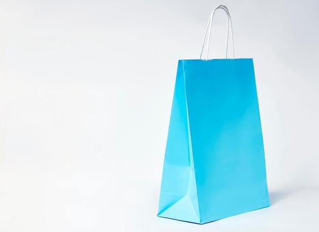 복사 공간 흰색 배경에 다채로운 종이 쇼핑백.