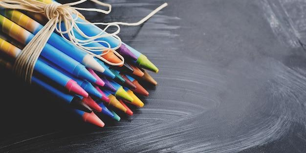 칠판 배경 복사 공간에 다채로운 파스텔 크레용. 예술, 그리기 개념.
