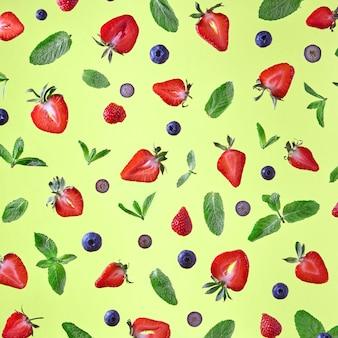 ミントの葉、イチゴ、ブルーベリーからのカラフルなパターン