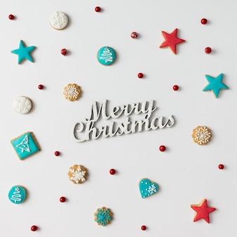 Красочный узор из рождественского печенья и красных ягод