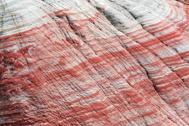 붉은 산의 경사면에 다채로운 패턴