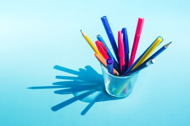 パステルに長い影とガラスのカラフルなペンと鉛筆