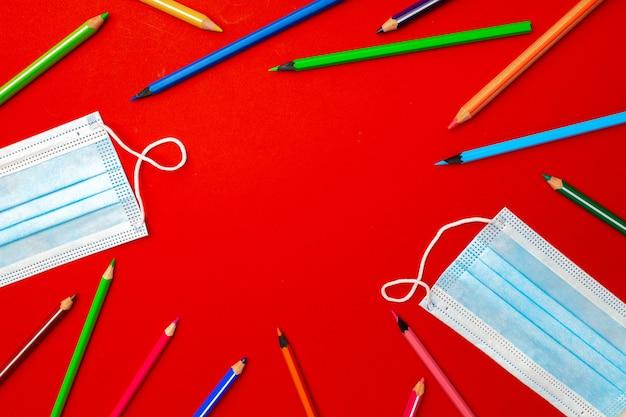 다채로운 연필과 의료 얼굴 마스크 평면도. 유행성 교육 개념