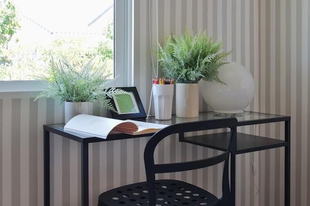 カラフルな鉛筆と黒いテーブルの上のスケッチブック