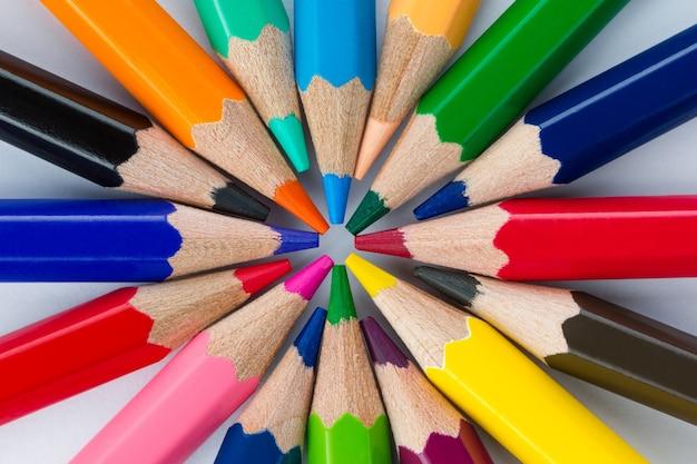 Красочные карандаши расположены по кругу крупным планом