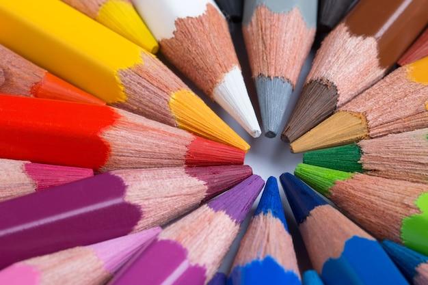 원에 배열하는 다채로운 연필 원에 배열하는 다채로운 연필