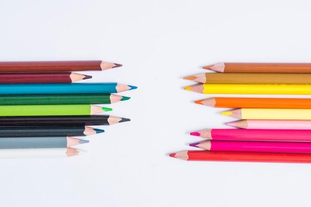 白に配置されたカラフルな鉛筆