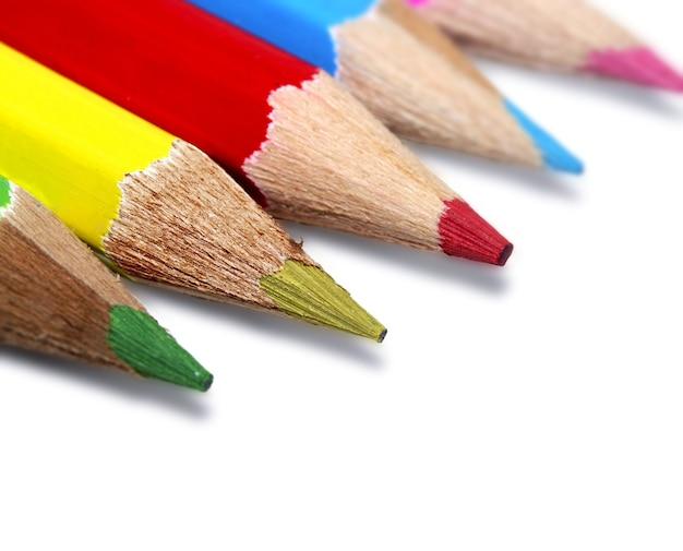 흰색 바탕에 다채로운 연필 근접 촬영