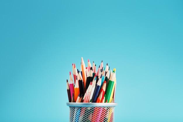 금속 항아리에 다채로운 연필
