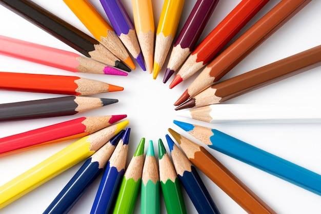 白い背景の上の円のカラフルな鉛筆。教育の概念と学校に戻る概念。上面図。