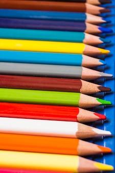 行のカラフルな鉛筆