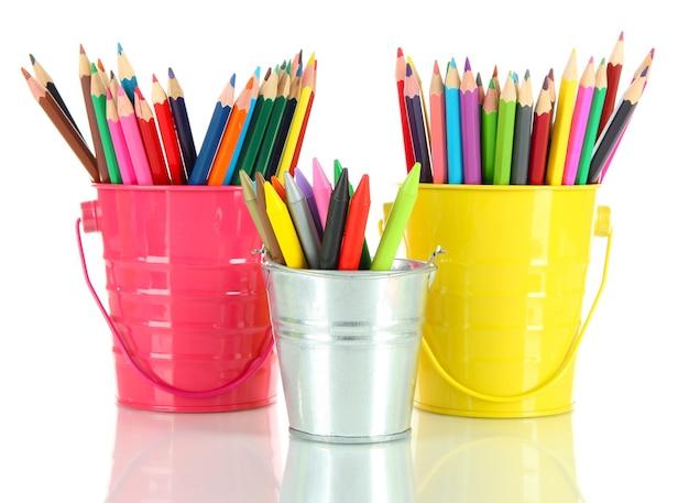 白で隔離される 3 つのペール缶にカラフルな鉛筆