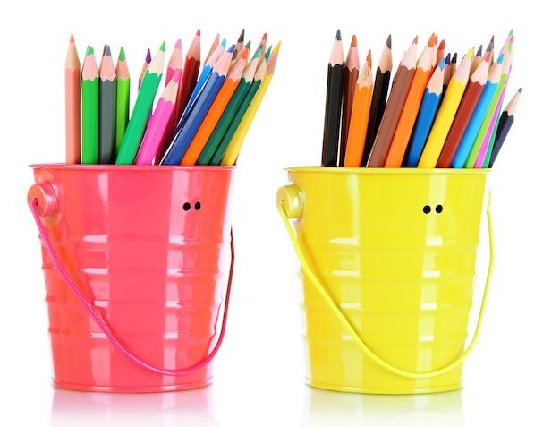 白で隔離される 2 つのバケツにカラフルな鉛筆