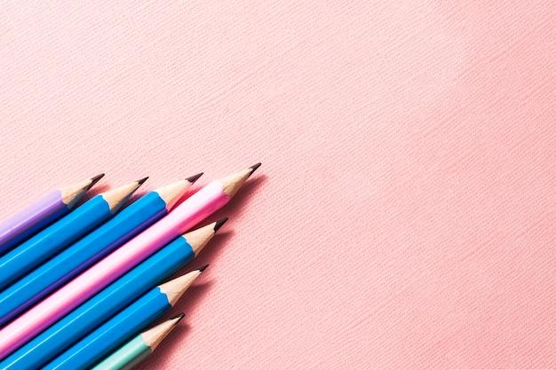 파스텔 핑크 바탕에 화려한 연필입니다.