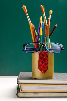 Красочные карандаши на белом фоне