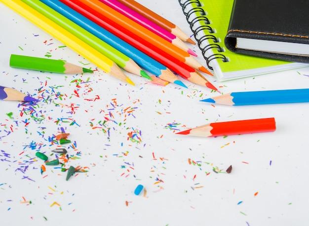 다채로운 연필 부스러기와 참고도 서와 함께 다채로운 연필