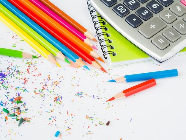 흰색 배경에 사무실 액세서리와 함께 다채로운 연필. 학교 개념으로 돌아 가기