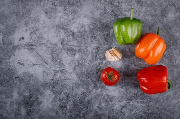 右端にカラフルなピーマン、ニンニク、トマト