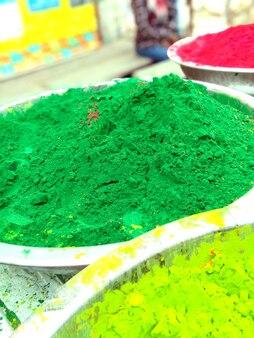 インドのホーリー祭の前に市場で売られていた色とりどりの粉の山