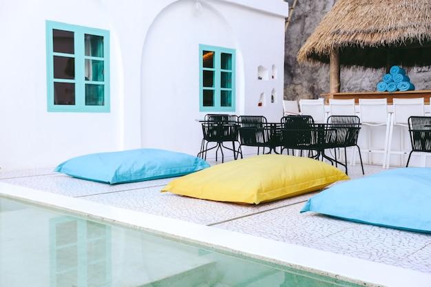 プールの近くのカラフルな枕ベッドまたはビーンバッグ