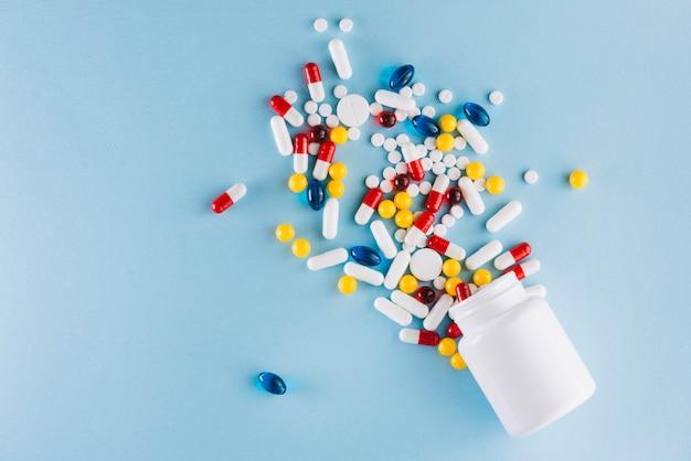 Красочные таблетки и пластиковая бутылка