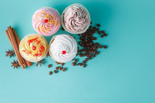 アクアマリンスペースにカラフルなピンクのカップケーキ