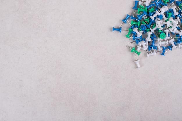 Perni colorati su sfondo bianco. foto di alta qualità
