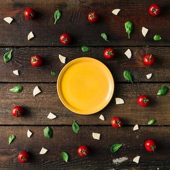 Красочный образец ингредиентов пиццы из помидоров черри, базилика и сыра на деревянной стене. концепция приготовления пищи.