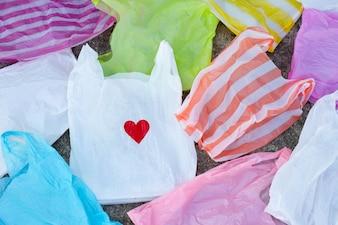 Красочные пластиковые пакеты на фоне цементного пола