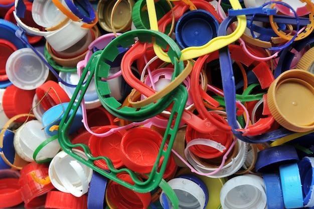 Цветные пластиковые крышки для бутылок в качестве фона. материал крышек пригоден для вторичной переработки.