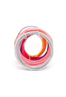 흰색 바탕에 3d 펜에 대 한 다채로운 플라스틱입니다.