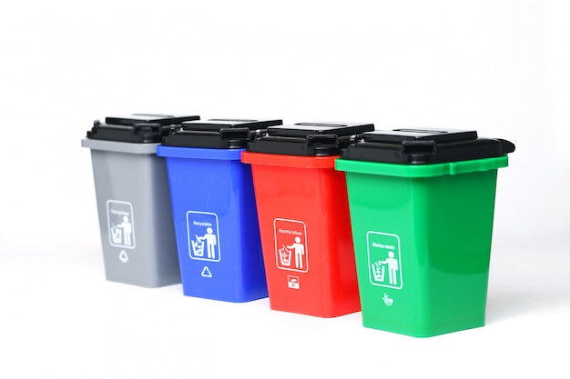 白で隔離されるカラフルなプラスチック製のゴミ箱