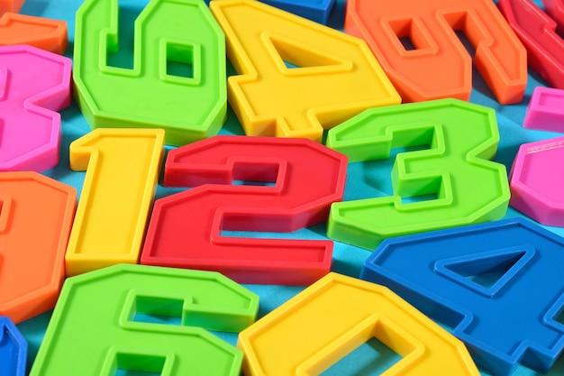 青い背景の上のカラフルなプラスチック番号123