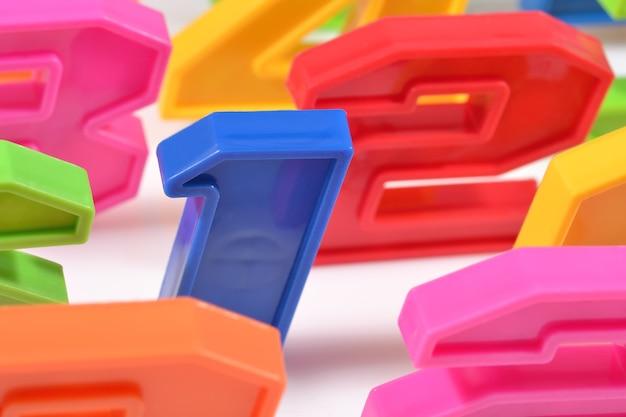 Красочные пластиковые номера крупным планом на белом