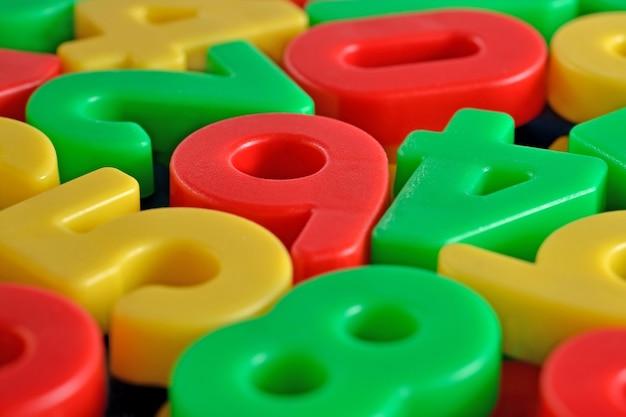 Красочные пластиковые номера крупным планом