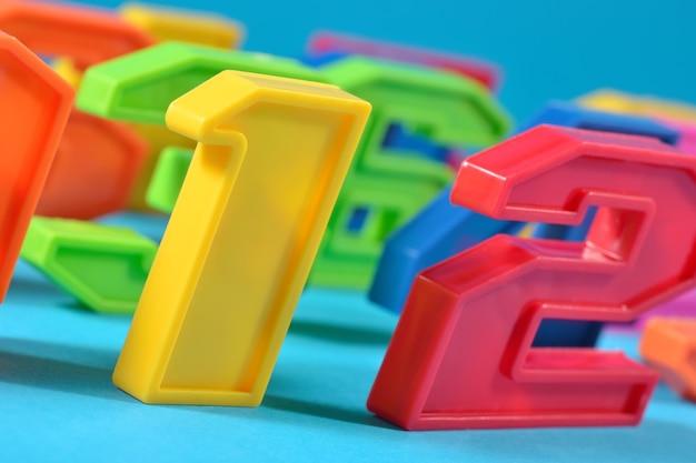 Красочные пластиковые цифры на синем фоне