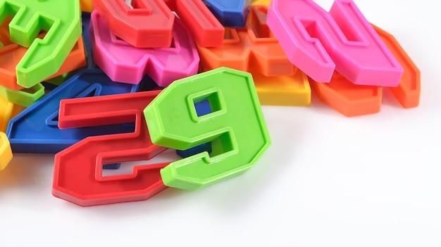 Красочные пластиковые номера на белом фоне