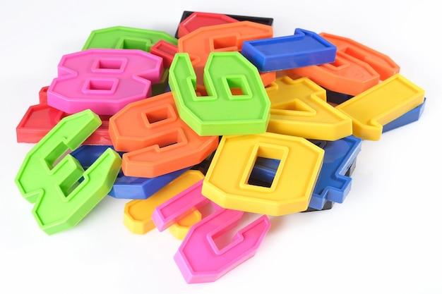 Красочные пластиковые номера на белом